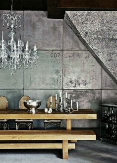 great combination: raw (kind of) wood + silver, I would add white porcelaine + very smart linen napkings⭐