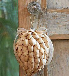 Detalle de aspecto navideño rústico hecho de cascaras de pistachos