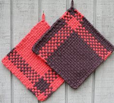 Set of 2, loom woven in wonderful retro colors, salmon and dark gray. About 8 1/4 inches x 8 1/4 inches. gives your kitchen a warm and cozy