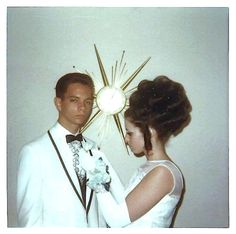 Vintage Hairstyles For Prom I wore my hair just like this. White dress and opera gloves. Prom Photos, Old Photos, Prom Pictures, 1960s Hair, Vintage Magazine, Vintage Prom, Retro Vintage, Prom Queens, Prom Night
