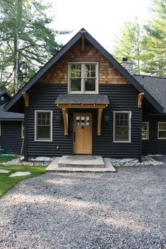60 Awesome Farmhouse Exterior Design and Decor Ideas Do you want to transform your home exterior into modern farmhouse exterior? Modern farmhouse exterior is the perfect blend of modern and traditional elements. House Siding, House Paint Exterior, Exterior Siding, Exterior House Colors, Exterior Design, Exterior Remodel, Black House Exterior, Siding Colors, Haus Am See
