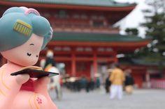 『2016年最後的京都三大祭』 今年10月22日【時代祭】已在京都市內舉行♪ 全員有2000人列隊,從京都御所到平安神宮巡遊約2公里的距離。 據說時代祭約有120年的歷史,也被稱作歷史的縮圖或是一幅會動的時代畫卷。 時代行列從明治維新時期開始依序江戸、安土桃山、室町、吉野、鎌倉、藤原、一直追朔到延暦時期,穿著歷代的服裝和使用當時祭典的道具等等…,穿梭古今再現京都傳統的技法。 京都三大祭後,各地的楓葉也開始逐漸變紅♪ 要去哪裡賞楓呢~…。 『OTABE 線上購物』