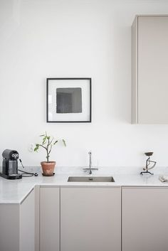 3 Marvelous Useful Ideas: Minimalist Interior Color Gray minimalist home essentials shelves.Minimalist Home Living Room House Tours minimalist kitchen ideas open plan. Minimalism Interior, Kitchen Inspirations, Kitchen Decor, Modern Kitchen, Interior Design Kitchen, House Interior, Minimalist Kitchen, Beige Kitchen, Scandinavian Kitchen Design