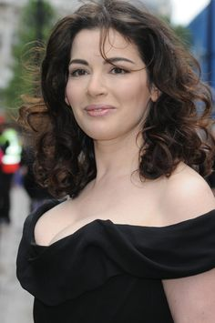 These styles will help you to create the illusion of a thinner face and no double chin. Check these 50 hairstyles for women over 50 with double chin face shape. Nigella Lawson, Short Hair Styles For Round Faces, Hairstyles For Round Faces, Simple Hairstyles, Short Hairstyles, Double Chin, Tv Presenters, Tall Women, Beautiful Celebrities