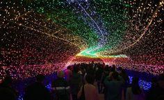 São três túneis de luzes no parque Nabana no Sato: o com as cores do arco-íris, em homenagem à natureza