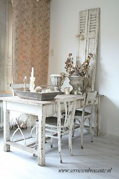 What is shabby chic? You have seen pieces of furniture with old paint showing through, but there is more to it. The style started in England reminding of the decor often found in large stately country houses with old furniture that ha Shabby Chic Cottage, Vintage Shabby Chic, Shabby Chic Homes, Vintage Style, Estilo Shabby Chic, Shabby Chic Style, Porche Shabby Chic, Décoration Harry Potter, Home Interior