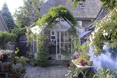 ♕What a lovely attached kEnglish greenhouse with wisteria and cottage feel in city center.