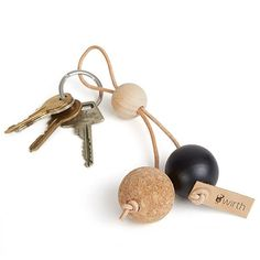 DIY INSP // by wirth key sphere nøkkelring sort Bead Crafts, Jewelry Crafts, Diy And Crafts, Handmade Jewelry, Cadeau Parents, Diy Rangement, Diy Keychain, Keychains, Diy Rings