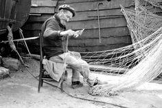 Netzeflicker in Étretat:  Fischerboote, die ausgedient hatten, wurden manchmal...