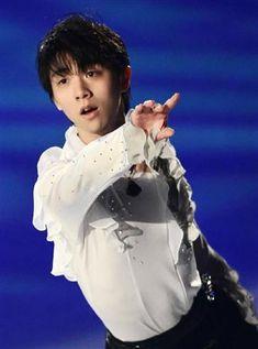 フィギュアスケートのグランプリ(GP)シリーズ第6戦、NHK杯のエキシビションが30日、大阪・なみはやドームで行われた。男子で4位に入ったソチ五輪金メダルの羽生結弦(19)=ANA=は、東日本大震災復興支援ソング『花は咲く』に合わせ、故郷・仙台を含めた東北の復興に向け祈りを込めた。