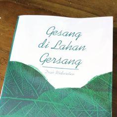 "Buku ""Gesang di Lahan Gersang"" bagi saya menjadi pelepas rindu tentang pengalaman mendampingi sebuah komunitas. Seperti mendengarkan kisah…"