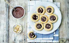 Μπισκότα βουτύρου με πραλίνα φουντουκιού - iCookGreek Sweet Corner, Biscuits, Sweets, Cookies, Chocolate, Desserts, Food, Gastronomia, Crack Crackers