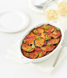La ricetta tradizionale della parmigiana di melanzane con verdure fritte e mozzarella fior di latte e un trucco facilissimo per farne un piatto più leggero.