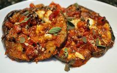 Μια συνταγή για ένα καλοκαιρινό παραδοσιακό φαγητό. Μελιτζάνες με τυρί φέτα! Ένα πεντανόστιμο λαδερό φαγητό με την υπέροχη γεύση της μελιτζάνας που την απο Eggplant Dishes, Eggplant Recipes, Greek Recipes, Veggie Recipes, Healthy Recipes, Cookbook Recipes, Cooking Recipes, Greek Cooking, Appetisers