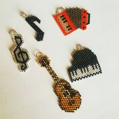 Miyuki delica Musical enstruments broches colliers les boucles d'oreilles Beaded Crafts, Beaded Ornaments, Beaded Jewelry Patterns, Beading Patterns, Art Perle, Motifs Perler, Brick Stitch Earrings, Bead Loom Bracelets, Beaded Animals