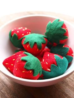 A bowlful of cheerfully cute felt strawberries. #felt #crafts #food #felt_food #DIY #cute #kawaii #strawberries