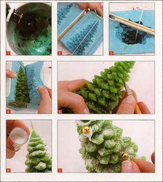 Derreta a parafina até atingir 90°C. Use o termômetro para medir a temperatura. Pingue o corante verde. Passe o pavio pelo orifício do fundo do molde e fixe-o com o hashi. Feche o molde com a cinta de borracha e complete-o com a parafina tingida. Deixe secar por 3 h desenforme.Retire as rebarbas com a goiva. Use pincel para aplicar a goma-laca incolor e coloque imediatamente o glitter cristal.  Deixe secar por 1 h e, com a cola Mariander, fixe as bolinhas douradas por toda a vela. Aguarde 12…