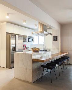 Reposted from – Cozinha clean e aconchegante! Modern Kitchen Interiors, Modern Kitchen Cabinets, Kitchen Cabinet Design, Modern Kitchen Design, Interior Design Kitchen, Open Plan Kitchen, Kitchen Sets, Home Decor Kitchen, Home Kitchens