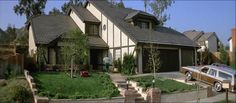In the original Poltergeist, the neighborhood depicted at the beginning of the film was located in Agoura Hills, a small town in Los Angeles County. Scary Houses, Spooky House, Haunted Houses, Poltergeist 1982, Terror Movies, Agoura Hills, The 'burbs, The Exorcist, Street House