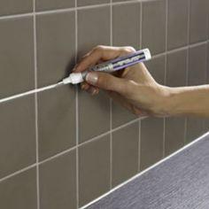 Une peinture en stylo pour refaire les joints de carrelage blanc moisis ou noircis dans une cuisine ou une salle de bains