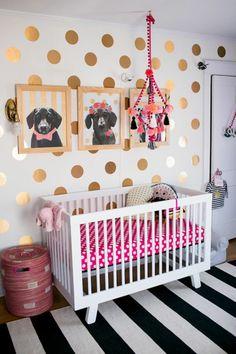Fancy kinderzimmer dekoration gepunktete wand goldene deko bilder von hunde bett wei rosa rot teppich schwarz wei