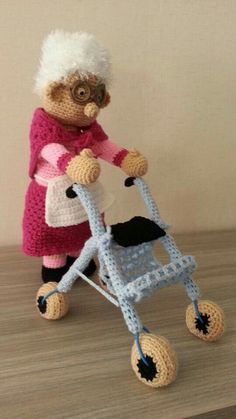Oma achter rollator Free Crochet Bag, Crochet Dolls Free Patterns, Crochet Gifts, Cute Crochet, Amigurumi Patterns, Beautiful Crochet, Crochet Toys, Crochet Baby, Knitting Patterns