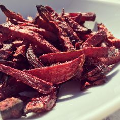 Oven roasted red beet fries with coconut oil - simple . Baby Food Recipes, Vegan Recipes, Plat Vegan, Beet Chips, Look And Cook, Salty Foods, Balanced Meals, Tasty, Yummy Food