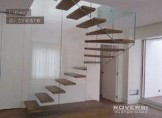 scala a giorno a sbalzo con struttura in vetro