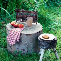 Une table basse et un tabouret en bois brut