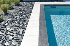 Margelle piscine Ardoisière PIERRA en pierre reconstituée. Réalisaion Caron Piscines.