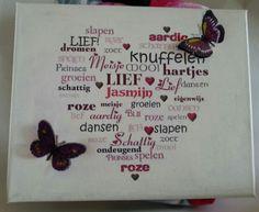 Met Gesso en een tekst in  spiegelbeeld op canvas gedrukt, afgelakt en met 3D stickers van vlinders opgeleukt.