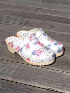 Pale grey clogs with lovely flowers from Karlsson's Clogs!
