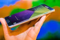 Samsung podría abandonar la pantalla plana en el Galaxy S8: reporte   Un reporte desde Corea asegura que Samsung desarrollará un único modelo para su próximo teléfono estrella y que será con pantalla curva como ya lo hizo con el Galaxy Note 7.    Samsung ya tiene entre manos el desarrollo de su próximo teléfono estrella el Galaxy S8. Sin embargo para quienes esperan que sigan habiendo dos modelos uno plano y uno con los lados ligeramente curvos les tenemos una mala noticia.  Según el diario…