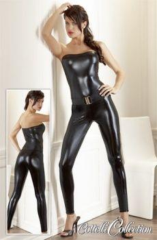 Obtiahnutý overal bez ramienok v lesklej čiernej farbe s mokrým vzhľadom.  http://www.sexshop.sk/detail/13670/2730189-1021-overal/