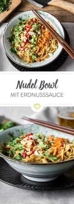 Italienisch oder asiatisch? Heute musst du dich nicht entscheiden. In der Pasta-Bowl mit Spaghetti, Erdnusssauce und Gemüse-Topping ist alles mit dabei.