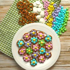 Mother's Day is coming up, and it's time to think of a treat to make for the special Moms in your life! Flower Pretzel Bites are colorful, reminiscent of spring and absolutely delicious with the salty/sweet flavor of pretzels with chocolate.Get the kids involved with