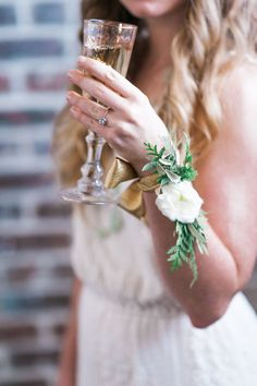 2018 wedding flower trends - fresh flower jewelry bracelet and a glass of champagne is the best way to start your wedding day - white flower and pops of greenery Prom Flowers, Wedding Flowers, Bridal Shower Corsages, Floral Wedding, Wedding Bouquets, Bridesmaid Corsage, Bridesmaid Ideas, Wrist Corsage Wedding, Corsage And Boutonniere