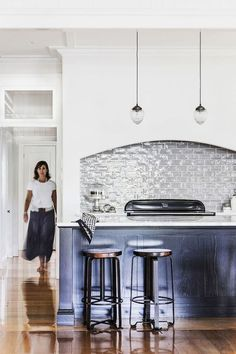 Take a tour of a gracious, renovated six bedroom Queenslander in Brisbane's Inner North, decorated in the popular Hamptons style decor. Hamptons Decor, Hamptons Kitchen, Hamptons Style Homes, The Hamptons, New Hampton, Hampton Style, Queenslander House, Interior Design Kitchen, Coastal Decor