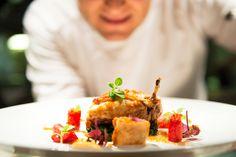 Lo chef Gennaro Immobile presenta un secondo piatto della nuova Grande Carta: Dalla Gran Carta: Galletto nostrano ruspante, aromatizzato, bietole saltate, confit di pomodori e fonduta di cipolla bianca.
