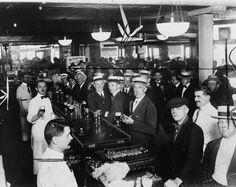 Un bar de Nueva York, la noche previa al comienzo de la prohibición del alcohol, 1920. / A bar in New York City, the night before the prohibition began,1920.