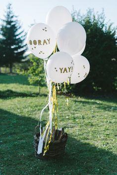 Dieses Ballon Set aus der Meri Meri Toot Sweet Kollektion ist einfach schick! Alles drin, was Ihr benötigt, um nicht nur ein paar Ballons aufzuhängen, sondern um ein optisches Dekohighlight zu schaffen: 8 große, weiße Ballons Goldluftschlangen und Krepppapier zum Anbinden und schön in der Luft flattern YAY und HOORAY Gitter Aufklebebuchstaben Goldfaden zum Befestigen Die Ballons sehen …
