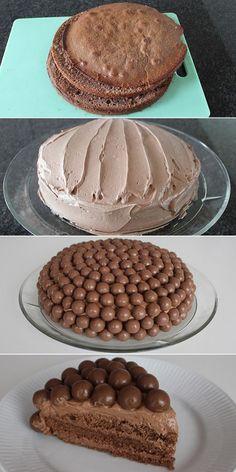 Imponerende kage skabt til chokoladeelskere med chokoladebunde, chokoladesmørcreme og knasende chokoladekugler. Værsgo!