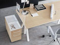 Det höj- och sänkbara bordet i kollektionen String® Works ger dig möjlighet att variera din arbetsställning under dagen. Bordet står på nätta ben som ger hela bordet ett lätt och luftigt uttryck. Bordet går att få i tre olika utföranden, vit laminat, ask samt ek. Under skivan gömmer sig en bricka för uppsamling av kablar. En elegant detalj är den vändbara kabelluckan, som har trä på ena sidan och är vit på den andra. På bordet i vit laminat har luckan ekfanér på den kontrasterande sidan…