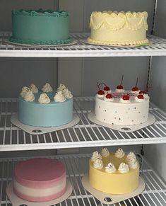Pretty Birthday Cakes, Pretty Cakes, Mini Cakes, Cupcake Cakes, Cupcakes, Cute Desserts, Dessert Recipes, Simple Cake Designs, Simple Cakes