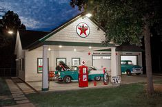 garage ideas…for my house o dreams! (for front of Keith's shop with his old gas pump) garage ideas…for my house o dreams! (for front of Keith's shop with his old gas pump) Old Garage, Garage Shed, Barn Garage, Man Cave Garage, Detached Garage, Garage Plans, Garage Workshop, Garage Storage, Old Gas Pumps