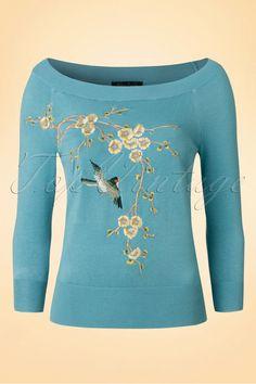 Hello little love bird... De 50s Samarinde Top is te mooi om waar te zijn!Met haar prachtige geborduurde bloemen- en vogelapplicatie, mooie blauwe kleur en elegante boothals is ze een prachtplaatje om te zien. Daarbij is ze ook nog een droom om te dragen dankzij haar zachte, fijn gebreide, stretchy viscosemix.Voel jij ook al vlindertjes in je buik?   3/4 mouwtjes Stretchy ribboord langs de mouwtjes, halslijn en onderkant