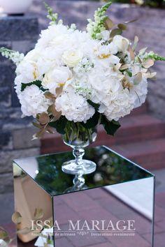 Decoratiuni si aranjamente florale naturale ISSA realizate din hortensia, bujori si trandafiri frumos armonizate pe vaze asezate pe cuburi de oglinda. Vaze, Table Decorations, Furniture, Home Decor, Wedding, Decoration Home, Room Decor, Home Furnishings, Home Interior Design