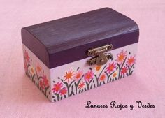 caja madera pintada  madera,acrílicos pintada con acrílicos Painted Boxes, Wooden Boxes, Hand Painted, Old Trunks, Craft Box, Painted Furniture, Decoupage, Decorative Boxes, Projects