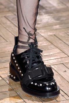21 at Milan Fashion Week Fall 2016 - Details Runway Photos Kicks Shoes, Shoes Sneakers, Take Off Your Shoes, Shoe Art, Designer Shoes, All Black Sneakers, Women's Accessories, Me Too Shoes, Loafers