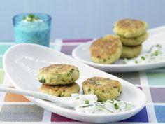 Ideal gegen Mittagstiefs: kernig-knusprige Puffer! Kartoffelplätzchen mit Joghurt-Dip - Für 1 Erw. und 1 Kind (7–14 Jahre) - smarter - Kalorien: 458 Kcal - Zeit: 40 Min. | eatsmarter.de